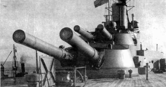 """Линейный корабль """"Айрон Дюк"""" на момент вступления в строй 12 марта 1914 года. Вид с юта на кормовые 343-мм орудийные башни """"Y"""" (на переднем плане) и """"X"""" (возвышенная)."""