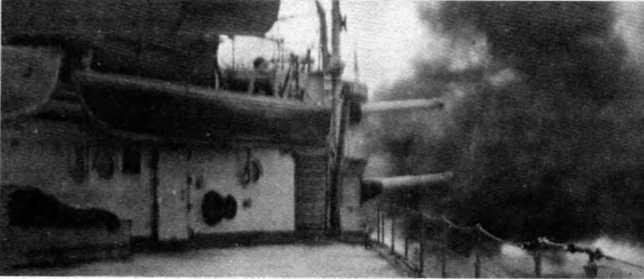 """1920 г. Линейный корабль """"Бенбоу"""" ведет огонь из 152-мм орудий правого борта во время бомбардировки Panderma."""
