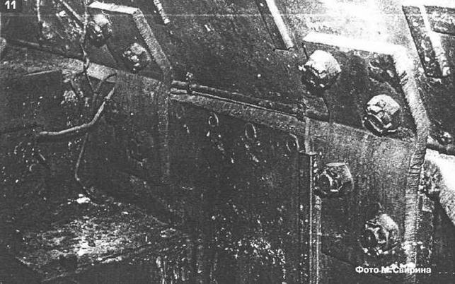 """Элемент интерьера штурмового орудия """"Фердинанд"""". Хорошо видны скобы и болты силового крепления боевой рубки к корпусу машины. Музей БТВТ, ст. Кубинка Московской обл."""