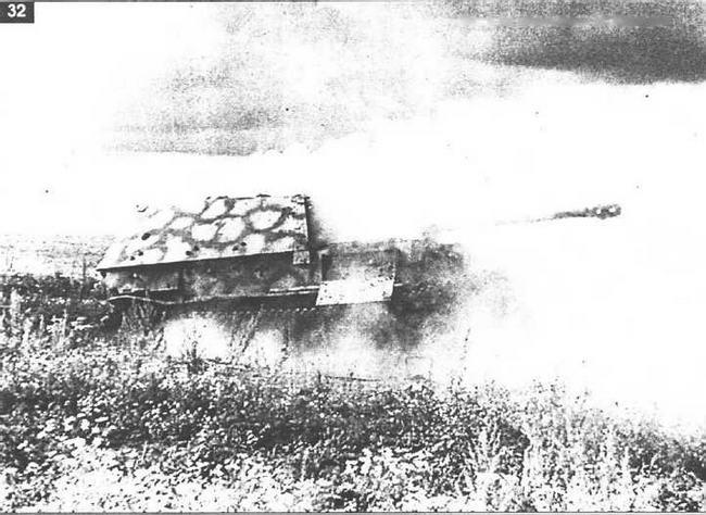"""""""Фердинанд"""" еще дымится. Видимо его """"оживила"""" дымовая шашка, брошенная в боевое отделение перед приездом кинохроникеров. 16 июля 1943 г."""