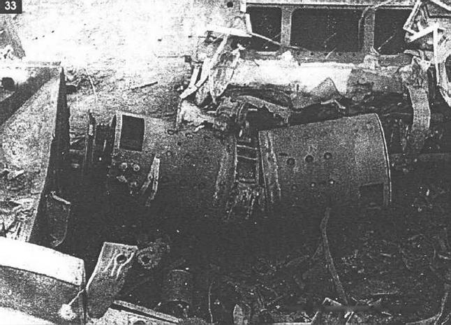 Разрушенное боевое отделение САУ от попадания крупнокалиберного снаряда в крышу рубки.