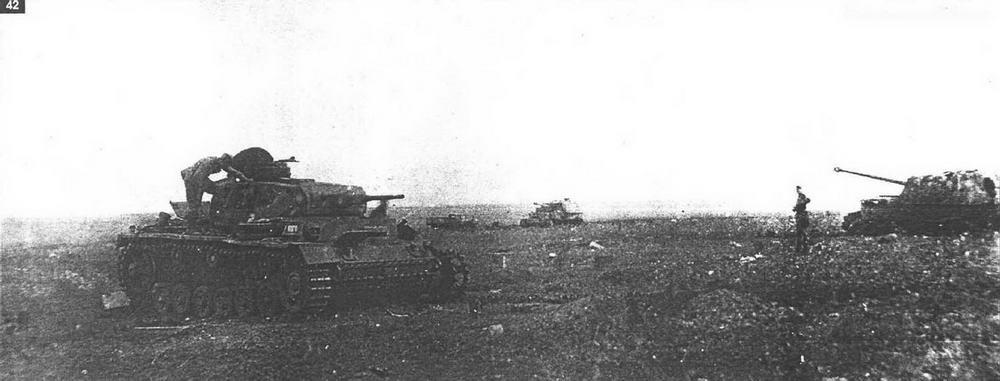 """Поле боя в полосе обороны 70-й армии. На заднем плане видны два поврежденных """"Фердинанда"""" 653-го батальона. 22 июля 1943 г."""