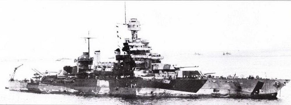Кроме окраски, «Колорадо» и 1944г. после ремонта мало, чем отличалась от «Мэриленда». Па верхнем снимке (27 октябри 1944г.)— линкор «Колорадо» в заливе Лейте. Камуфляж изрядно пообтрепался. По указанию цензуры заретуширована антенна радиолокатора. Нижний снимок — редчайший, вид с другого борта. Фото сделано в водах острова Лусон 6 января 1945г.