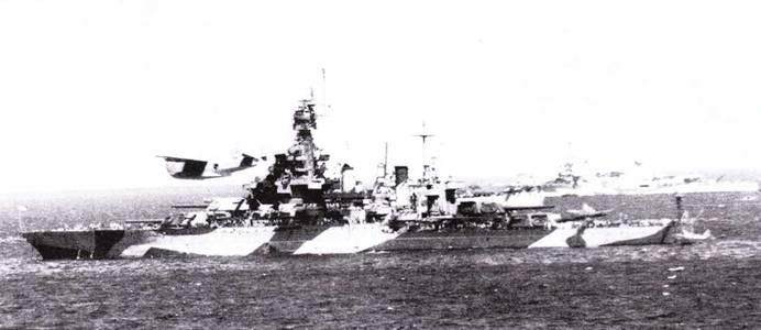 «Мэриленд» в 1944г. выглядел почти как «Теннеси» накануне ремонта 1942–1943г.г. Корабль оснащен радиолокаторами FC, FD, SM, SG. Рисунок камуфляжной окраски правого и левого бортов линкора различен. Вид с правого борта выполнен в Пуге-Саунд 25 апреля 1944г. в Пуге-Саунд, вид с левого борта -12 июня 1944г. у Сайпана (на заднем плане — крейсер «Луисвилль»).