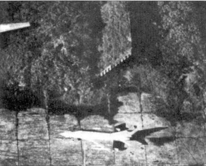 Данный снимок сделан самолетом-разведчиком ВВС США RF-4C на аэродроме Гиалэм в 1972г. На снимок попал истребитель МиГ-21МФ, под крылом которого подвешены два топливных бака и две ракеты К-П. Самолет стоит перед хорошо замаскированным бетонным ангаром.