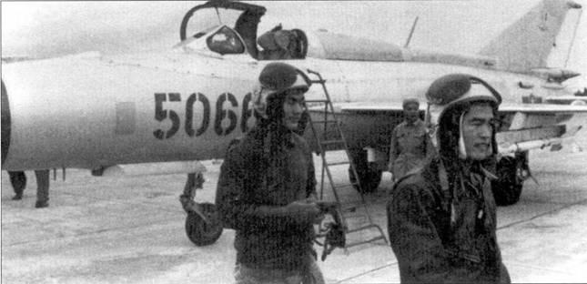 Летчики 927-го ИАП только что вернулись с патрулирования над Ханоем. Поверх Кожиных шлемов СЛ-60 надеты защитные шлемы ЗШ-З.