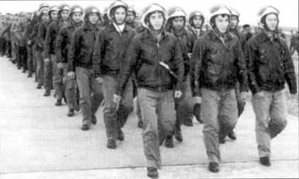 Пилоты и техники 927-го ИАП идут торжественным маршем в день формирования полка, Нойбай, февраль 1972г.