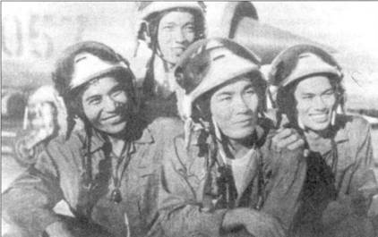 27 июня 1972г. над Ханоем развернулся один из самых ожесточенных воздушных боев за весь период войны в Индокитае, в ходе которого вьетнамские летчики сбили не менее трех самолетов F-4E (возможно пилоты МиГов сбили пять «Фантомов», причиной потери двух машин американцы посчитали зенитные ракеты). На снимке запечатлены участники того боя: слева — летчики 927-го ИАПНгуен Дак Соат и Нго Дай Тха, справа — пилоты 921-го ИАП Фам Фу Гхай и Бай Тхань Лием. Фам Фу Тхай и Бай Тхань Лием сбили 27 июня 1972г. по одному «Фантому» из 366-го тактического истребительного авиакрыла; Нгуен Дак Соат сбил истребитель-бомбардировщик F-4 из 308-й эскадрильи 432-го тактического истребительного ивиакрыла.