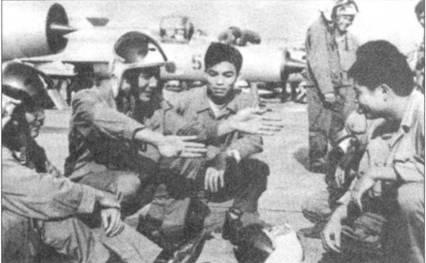 Нгуен Дак Соат показывает товарищам по эскадрильи как 27 июня 1972г. он сбил американский «Фантом». Это была третья победа Соата в воздушном бою.