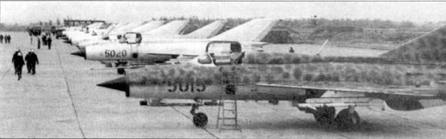 Линейка истребителей МиГ-21, аэродром Нойбай, лето 1972г. На переднем плане — самолет с бортовым номером «5015» с уникальным камуфляжем — пятна зеленого цвета нанесены прямо поверх неокрашенной металлической обшивки планера. Вероятно камуфляж нанесли в преддверии переброски самолета на базу в районе границы с Лаосом. Третьим в ряду, сразу за самолетом с бортовым номером «5020», стоит истребитель МиГ-21Ф-13, обратите внимание ни характерный киль.