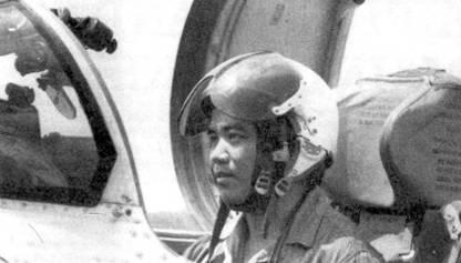 Вьетнамский летчик сфотографирован в кабине истребителя МиГ-21 ПФМ. Пилот сидит на катапультируемом кресле КМ-1, на голове одет защитный шлем ЗШ-3, из-под которого выглядывает кожаный шлем СЛ-60. Переплет фонаря кабины частично скрывает оптический прицел АСП-ПФ-21.