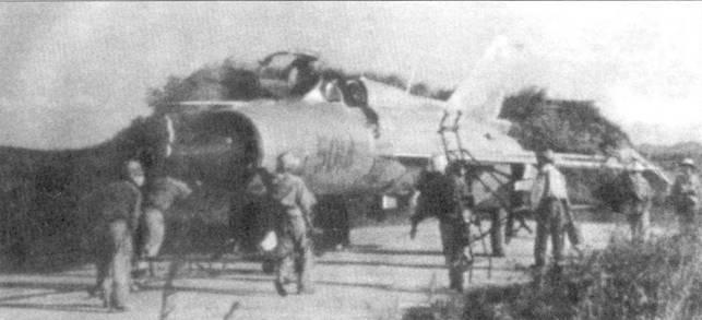 Элементарные земляные капониры в 1967-68г.г. были сооружены на самолетных стоянках аэродромов Нойбай, Кип, Киенан и Гиалэм. На снимке — техники закатывают истребитель МиГ-21ПФМ в капонир, аэродром Кип.