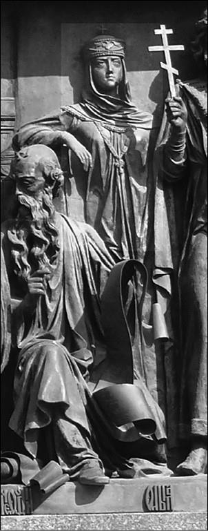 Княгиня Ольга на памятнике «Тысячелетие России» вВеликом Новгороде