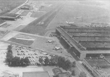 Два F-105D на стоянке у главного ангара завода в Фэрмингдэйле. Завод располагался на окраине аэродрома Рипаблик. Здесь проводились сдаточные испытания готовой продукции перед поставкой в строевые подразделения. В период с 1959 по 1964г.г. фирма Рипаблик изготовила 610 истребителей-бомбардировщиков F-105D для ВВС США.
