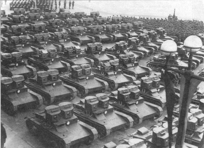 Двухбашенные танки Т-26 перед парадом на ул. Урицкого. Ленинград, 7 ноября 1933 г.