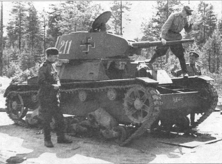 Советские офицеры осматривают подбитый финский танк XT-133, перевооруженный пушкой и пулеметам. 1944 г.