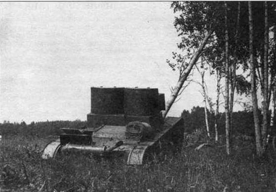 Танк Т-26 обр. 1931 г. сваливает дерево