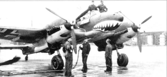 Ганс-Иоахим Яде теперь уже стал ветераном с шестью личными победами. Ябс позирует фотографу на крыле своего самолета, украшенного акульей пастью. Самолет заправляют бензином, Битва за Британию.
