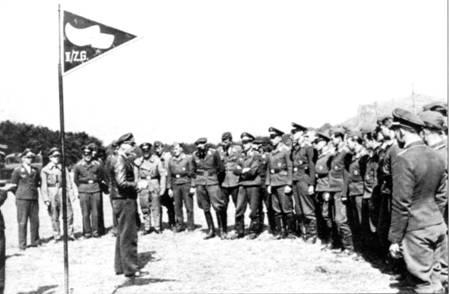 Командир 11/ZG-26 гауптман Риттберг инструктирует личный состав перед боевым вылетом на Англию. Многие из этих людей не вернуться на зад, погибнут или попадут в плен.