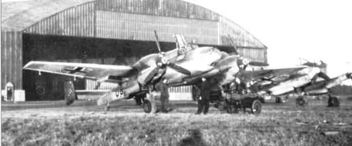 Конец 1940 г., после тяжелых потерь ZG-52 была расформирована. С амолеты и личный состав частично распределены по группам ZG-26. Пи самолете, что в центре снимка, изображена эмблема ZG-52. Эмблема проступает сквозь временную светлую окраску носовой части фюзеляжа.