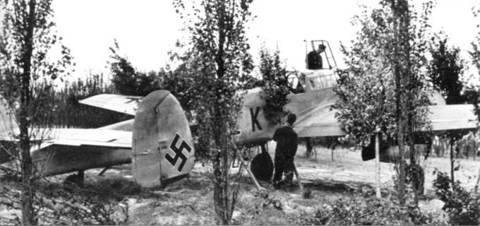 На Балканах, богатых растительностью, не было проблем с материалом для маскировки самолетов. На снимке – замаскированный на стоянке церсторер us ZG-26.