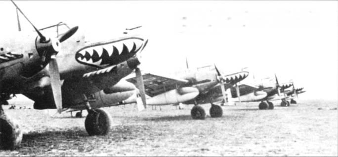 Bf. 110D-З из 4./ZG-76 на передовом аэродроме в Греции. Колпаки носового пулеметного отсека выкрашены на самолетах в белый цвет. Белые также кончики коков воздушных винтов.