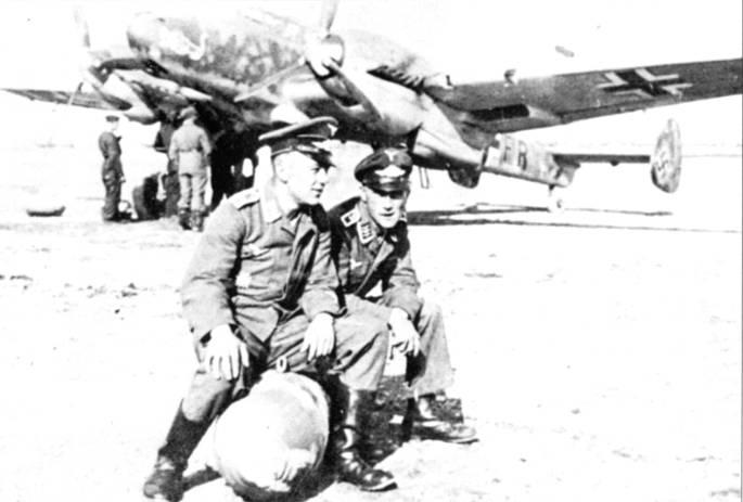 Истребители-бомбардировщики Bf. 110C-4/B из 7.(Z)/JG-5 атаковали советские аэродромы с малых высот па северном участке фронта. Эмблема стаффеля – такса, кусающая истребитель И-16.