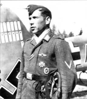 Радист позирует около украшенного победными марками киля Bf, НОЕ Вильгельма Спиза, командира I/ZG-26, Восточный фронт, вторая половина 1941 г.