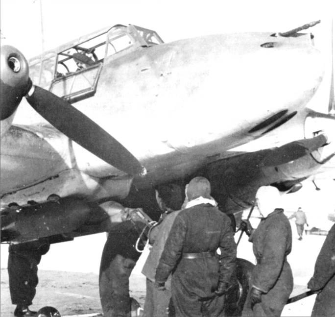 Бомбы на самолет подвешиваются с помощью ручного гидравлического подъемника.