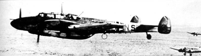 Bf. 110 из 8./ZG-26 прикрывают транспортные Ju-52 в полете над Западной пустыней. Из-за больших расстояний снабжение часто приходилось осуществлять по воздуху.