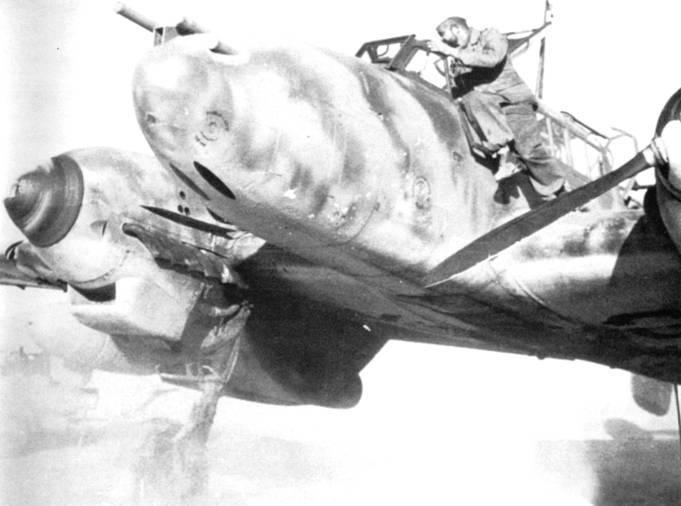 Техник опробует правый двигатель на Bf. 110F-З. Тщательный анализ показал, что на снимке разведчик. Амбразуры пушек нарисованы черной краской, а в днище фюзеляжа есть отверстие под объектив фотокамеры.