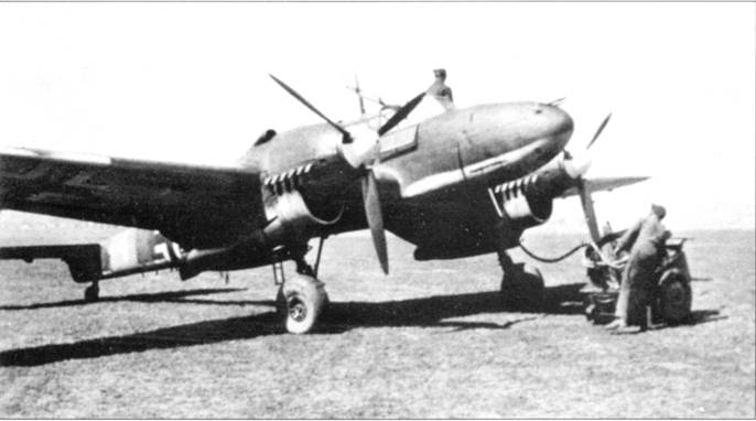 Проще всего Bf. 110В идентифицировать по огромным отверстиям воздухозаборников радиаторов в мотогондоле. Самолеты варианта «В» оставались стандартными самолетами в авиационных школах вплоть до 1941 г.