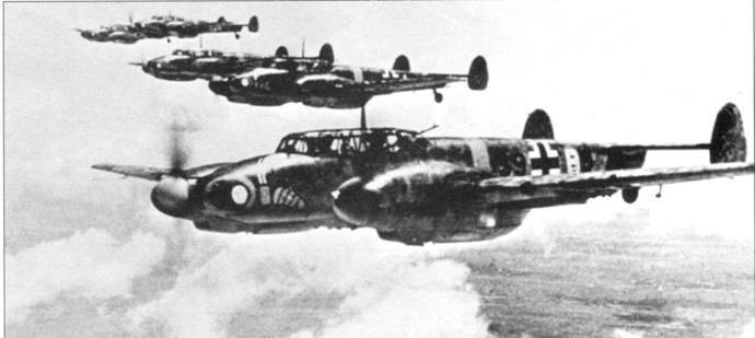 Bf. 110G-2 ранней постройки из штабного звена I/SKG-210, Восточный фронт, июль 1942 г. Ранней постройки – потому что стоит один оборонительный пулемет и кили раннего типа. Вполне возможно, в кадр попали предсерийные Bf. 110G-O.
