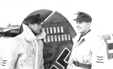 Стаффелькапитан 10.(Z)/JG-5 обер-лейтенант Феликс Брандис (справа) со своим радистом фельфебелем Баусом сфотографировались у своего Bf. 110, зима. Восточный фронт. Браyдис одержал в воздушных боях не менее 18 побед.