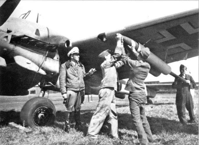 Загрузка ракет Wf.Gr.21 в пусковые установки истребителя Bf. 110G-2/R3.