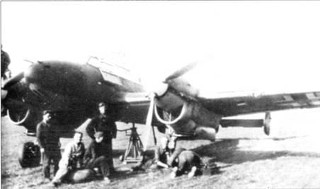 В церсторершулен тренировали не только летные экипажи, но и технический персонал. Техников за черное рабочее платье прозвали Schwarzmenschen. «Негры» меняют колесо на церсторере, Нанси, 1941 г.