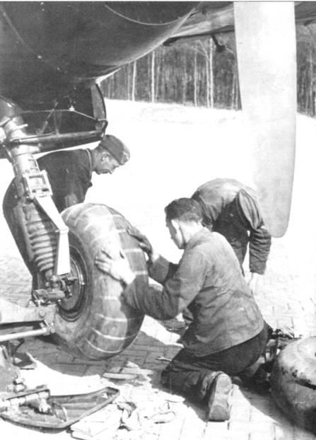 Специальный гидравлический домкрат облегчал замену колес основных стоек шасси.
