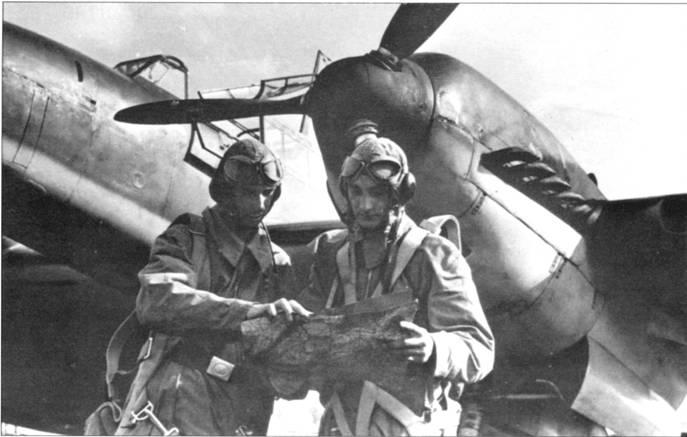 Накануне вторжении в Польшу веюсь интенсивное перевооружение групп, летавших на одномоторных истребителях, двухмоторными самолетами и подготовка экипажей. Слева – пилот-новичок изучает вместе со своим воздушным стрелком карту перед тренировочным полетом.