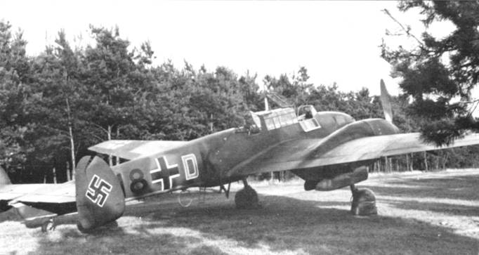 Bf. 110С-1 из 2./ZG- 76 среди деревьев на аэродроме в Чехословакии. Снимок сделан вечером 31 августа 1939 г. Самолет заправлен топливом по пробки баков, заполнен под завязку питронами и снарядами. Буква «D» нарисована красной краской и снабжена окантовкой белого цвета.