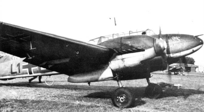На носу фюзеляжа Bf 110С из l(Z)/LG-l нарисована голова волка. Эта тренировочная группа церстореров входила в состав 1-го воздушного флота Кессельринга, фактически именно нилоты этой группы первыми опробовали Bf. 110 в бою, сбив пять польских истребителей PZL-11 без потерь со своей стороны.