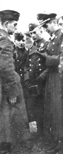 Обер-лейтенант Фальк показывает свой Железный крест техникам после возвращения из Бреслау.