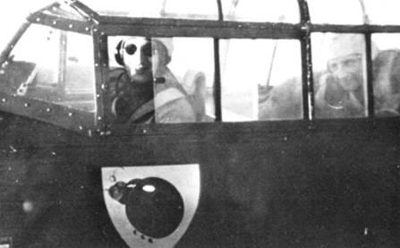Эмблема 2JZG-76 – красная божья коровка с семьи) черными пятнами на шкурке и черной головой на фоне щита белого цвета. В кабине самолета сидят обер-лейтенант Фальк и фельдфебель Альфред Ва/ьц.
