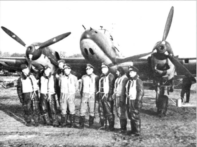 Фальк и летчики из 2./ZG-76 сфотографировались у самолета стаффель-капитана после боя над Гельголандом, аэродром Евер. Пилоты ZG-76 сбили девять из 12 «Веллингтонов».
