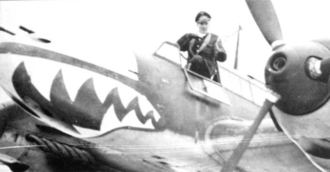 После тренировок в Ergunzungs (Zerstцrer) Staffel лейтенант Густав Тим был переведен в II/ZG-76. В 76-й эскадре в числе первых cma.ni рисовать па носах самолетов акульи пасти, когда гешвадер стоя. / на сравнительно тихой франко-германской границе.