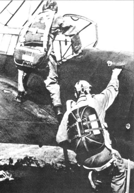 Парашют летчика цереторери не отличается от парашютов пилотов одномоторных истребителей, в то время как воздушный стрелок снабжен стандартным десантным «заплечным» парашютом. Парашют под задницей спас однажды жизнь Вольфгангу Фальку, когда его Bf. 110С-1 обстреляли с земли. Пуля застряла в парашюте.