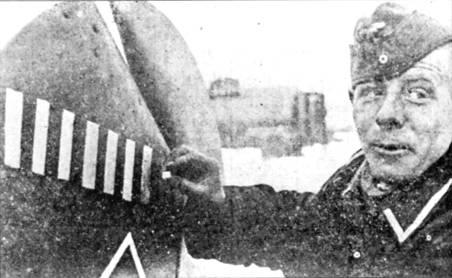 Унтер-офицер из ZG-76 мелом рисует временную пооедную марку ни киле самолета Фалька. Эту победу Фальк одержал над Данией.