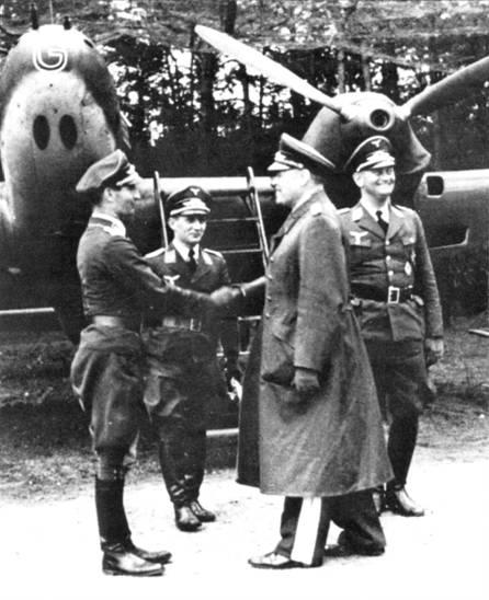 Обер-лейтенанта Фалька, ставшего командиром I/ZG-I, приветствует генерал Кессельринг. Снимок сделан незадолго до западной ка.мпании вермахта.
