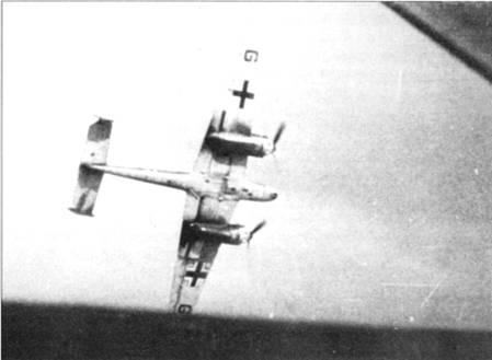 Bf110С из I/ZG-2 пикируют на цель. Мощное наступательное вооружение из двух пушек MG-FF и четырех пулеметов MG-17 позволяло эффективно поражать даже хорошо защищенные наземные объекты.