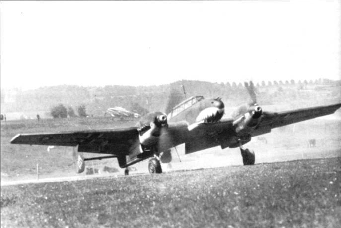Церстореры базировались на полевых аэродромах возможно ближе к линии фронта, но танки все равно быстро уходили вперед. Снимки самолетов II/ZG-76 сделаны как раз на полевом аэродроме.