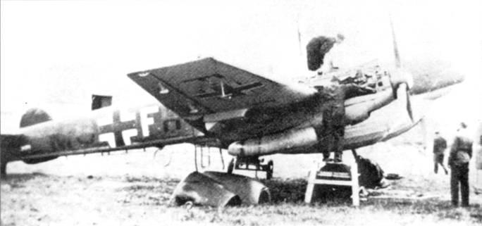 Bf.110D-I/RI готовят к полету, Аальборг. Под фюзеляжем установлен огромный дополнительный топливный бак. Из-за плохой вентиляции в баке по мере выработки топлива скапливались пиры бензина, из-за чего баки время от времени детонировали.